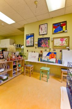 love this space... the stools, the frames, the easels...  what an inviting space for young artists to create | edu.gov.on.ca