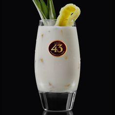 De Piña Colada is de ultieme tropische cocktail. Wij hebben er de smaak van Spanje aan toegevoegd door de rum te vervangen voor Licor 43 en cognac.