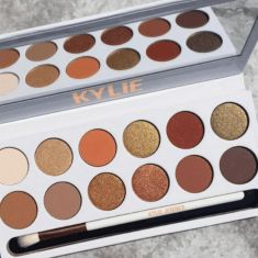 Kylie Jenner is a master at painting her face and creating some of the most aesthetic-looking makeup products. Here are five products we love from the rapidly expanding Kylie Jenner makeup line! Make Up Palette, Pallette, Eyeshadow Palette, Makeup Dupes, Makeup Brands, Makeup Cosmetics, Makeup Brushes, Kylie Makeup, Makeup Goals