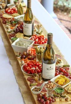 Use a garrafa de vinho junto com as comidinhas.