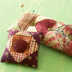 Look at these adorable pincushions! Wonder who made them. (wink, wink)