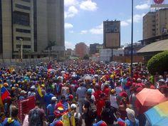 Marcha hacia la Plaza Venezuela. pic.twitter.com/ArX5ThQSHv