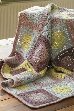 Gratis hækleopskrifter: Det fine tæppe er hæklet i enkle oldemorfirkanter i uldgarn i mange farver, men inden for en hvid/beige/brun/turkis farveskala