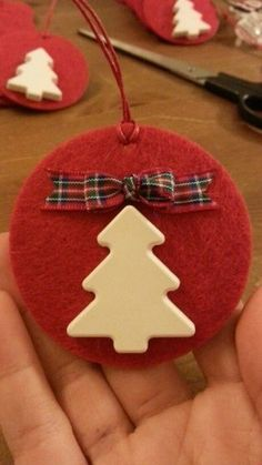 Idee natalizie handsmade, low cost e eco- friendly Christmas Arts And Crafts, Crochet Christmas Ornaments, Christmas Activities, Felt Ornaments, Diy Christmas Ornaments, Christmas Hearts, 1st Christmas, All Things Christmas, Deco Table Noel