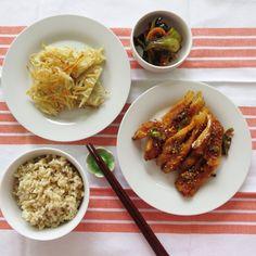 Today's Breakfast- Pan grilled Dried pollock, Bok-Choy Kimchi, potato pancake and brown rice cook with Barley. 오늘아침은 북어팬구이, 감자부침 와 청경채 겉저리입니다.  팬터리에서 냄새를 풍기고있는 북어를 어떻게 해치울까 궁리... 국은 쪼까덥고 하여 북어구이로 결정. **북어구이- 물에불려 가시를 빼고 물기를 꼭짜서 팬에 기름을 둘러 살쪽을 먼저 팬에익히고 뒤집어쥡어  양념장(보통하는 간장양념에 고추도 넣었음)을 발라 마저 익힘니다. 그리고 마지막으로 한번 더 뒤집어 양념장을 살짝 익힘. **감자전- 채썬큰 감자하나에 녹말가루 반숫갈과 소금 후추 약간씩 팬에 노릇하게 구우면 바삭 바삭.