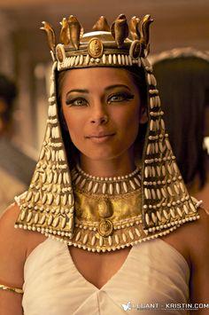 Kristin Kreuk as Cleopatra Egyptian Makeup, Egyptian Fashion, Egyptian Beauty, Egyptian Goddess, Egyptian Art, Egyptian Jewelry, Lana Lang, Cleopatra Costume, Egyptian Costume
