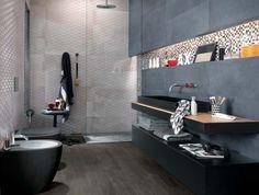 salle de bains sombre avec un carrelage gris et une mosaïque multicolore Creta