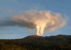 31 October 2014.  Photos illustrate effects of Volcán Turrialba's massive phreatic eruption.
