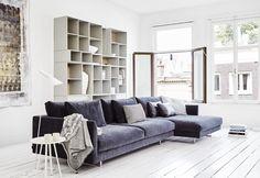 #Montis #bank #Axel XL AXEL XL is een Hollands zitlandschap met Italiaanse allure. Met zijn lang uitgerekte zitvlakken en royale modulaire elementen is deze bank niet bang om met zijn omgeving te flirten. Alle elementen zijn rondom afgewerkt, waardoor je ze flexibel kunt opstellen Meer informatie over #design #meubelen: http://www.wonenwonen.nl/top10/montis-bank/9912