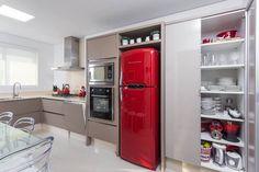 Cozinha com geladeira vermelha