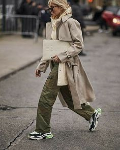 "533 Me gusta, 10 comentarios - ELENA VARIA - STYLE CONSULTANT (@elenamodastyle) en Instagram: ""Casual look, trench e pantalone cargo.. Stile che in questa Stagione piace molto (Gallery…"" Fashion Weeks, New York Fashion Week 2017, New York Winter, Latest Fashion Trends, New Fashion, Winter Fashion, Korea Fashion, Fashion Edgy, Japan Fashion"