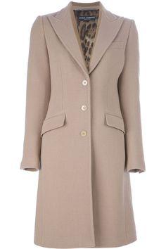 Este abrigo pueda llevar en fiestas. Es camel y un poco grande. Las personas llevan abrigos porque son bonitos.