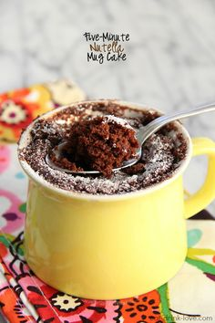 Mug Cakes. They can be totally awesome because You can make just one cake and are not left with an entire cake on the counter. And Mug cakes be prepared, cooked, and in your mouth in 5 minutes. Mug Recipes, Nutella Recipes, Wrap Recipes, Sweet Recipes, Cake Recipes, Dessert Recipes, Mug Cakes, Cake Mug, Cupcake Cakes