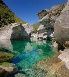 La beauté du paysage où court la Verzasca attire les touristes