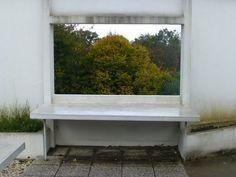 Les points de vue sur la nature, l'herbe, les arbres et le ciel sont multiples. Le toit-terrasse cadre des tableaux découpés dans les arbres.