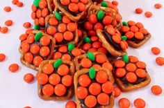 Pumpkin Pretzel Bites - sweet, salty and delicious. An easy to make Halloween Treat, Fall Sweet or Thanksgiving Dessert and we have all the directions here. Halloween Pretzels, Diy Halloween Treats, Halloween Class Party, Halloween Desserts, Halloween Ideas, Chocolate Candy Melts, Fall Treats, Holiday Treats, Holiday Recipes