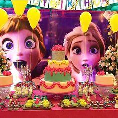 Festa Frozen Fever super alegre por @lubcavalcanti! Adorei as caras das princesas no painel, ficou divertido! ❄️ #kikidsparty