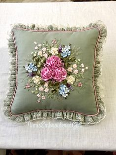 Ribbon Embroidery Tutorial, Embroidery Flowers Pattern, Sashiko Embroidery, Silk Ribbon Embroidery, Flower Patterns, Embroidery Designs, Cushion Cover Designs, Table Runner Pattern, Embroidered Cushions