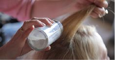If you don't have time for shampoo, mix cup of cornstarch and a few drops of essential oils, apply it to your roots with an old make-up brush, comb your hair and tadaa! For dark hair, you'll want to use equal parts cornstarch and cocoa powder. Homemade Dry Shampoo, Diy Shampoo, Beauty Secrets, Diy Beauty, Beauty Hacks, Beauty Tips, Greasy Hair Hairstyles, Easy Hairstyles, Shampoo Seco