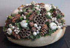 Christmas Advent Wreath, Handmade Christmas Tree, Christmas Mood, Xmas Ornaments, Holiday Wreaths, Christmas Crafts, Christmas Floral Arrangements, Holiday Centerpieces, Art Floral Noel
