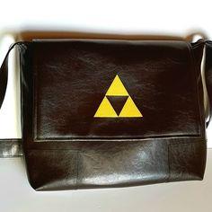 veroniquemerceur Une besace Alex de Sacôtin pour mon geek de fils. Appliqué triforce Zelda 😊 #Sacôtin #sacamain #besace #zelda #faitmain # fabriquéenfrance