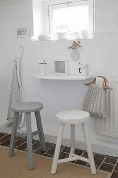 I små rom må plassen utnyttes til det fulle. En liten hylle fungerer nå som et lite bord, og to barkrakker gjør dette til det perfekte sted å nyte kaffen.