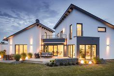 Raffinierte Architektur, gepaart mit einer klassischen Farbgebung. Die Pultdächer stehen versetzt zueinander und bilden so nicht nur im Gartenbereich einen eigenständigen Raum, sondern auch im eingeschossigen Herz des Hauses. Im Innenraum setzt sich diese subtile Raffinesse fort. Gedeckte Naturtöne und hochwertige Materialien sorgen für eine elegante Wohlfühlatmosphäre. Gesamtwohnfläche 233 m² Für Anfragen zu diesem Kundenhaus verwenden Sie bitte die interne Bezeichnung LUXHAUS-22786 an.