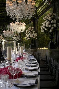 Weddings with glamour | Chandeliers and sumptuous white flower arrangements