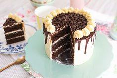 En este vídeo os mostraré cómo hacer una tarta de moca y chocolate. La combinación de café y chocolate es muy conocida, por eso me parece una idea estupenda para disfrutar en una tarta como esta, con un bizcocho de chocolate esponjoso y tierno. Todo eso acompañado de una buttercream de café y una ganache de chocolate cayendo por las paredes de la tarta. Si te gusta el chocolate verás que es una combinación muy tentadora, y si te entusiasma el sabor a café, cada bocado te parecerá una…