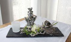 TD134 – Schiefertafel als Tischdeko! Schiefertafel dekoriert mit natürlichen Materialien, künstlicher Calla, einer Edelstahlkugel und einem Teelichtglas! Preis 34,90 Größe 13 x 37cm