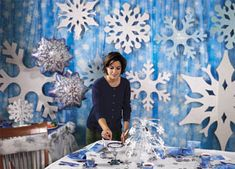 Winter dance decor Popular winter wonderland snowflake decoration ideas 05 Keep A House Cleaning Sch Winter Wonderland Decorations, Winter Wonderland Theme, Winter Wonderland Christmas, Winter Holiday, Frozen Decorations, Snowflake Decorations, Stage Decorations, School Dance Decorations, Snowflake Centerpieces