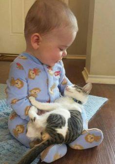 Kedi:Bana bir nini soylesene  Bebek:Tamam ne soyliyim kedi:Bilmem soyle iste birseyler Bebekek: peki soyliyorum Kedi:Hadii dinliyorum