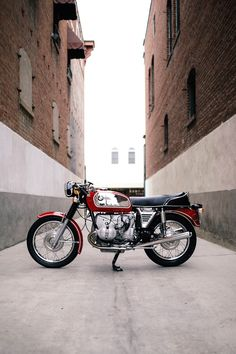 There's something magical about a classic 70s BMW airhead: Slightly oddball lines, that remarkable engine, and the promise of fine German engineering. An off-kilter charm, if you like. This BMW R75/5, however, is not quite what it seems. It's a subtly modified 1972 model that has been customized during a ground-up rebuild. And it looks as fresh as the day it rolled out of the BMW Motorrad Werk factory in Berlin.
