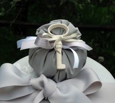 Bag in taffeta with key lucky charm in chalk scented Mathilde M.  Complete with 5 sugared almonds.  Measurements: 5x7 cm.