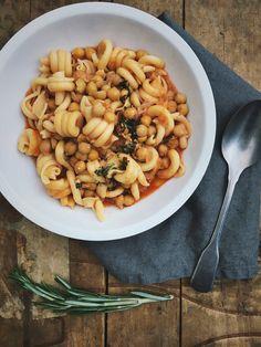 Deze pasta met kikkererwten houdt het midden tussen een stoofpotje en een soep. De rozemarijn olie met knoflook maakt deze simpele pasta bijzonders.