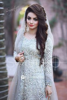 Elegante e fácil de fazer Walima Hairstyle Ideas For Girls Bridal Makeup Looks, Bridal Looks, Bridal Style, Pakistani Bridal Hairstyles, Pakistani Wedding Dresses, Engagement Hairstyles, Bride Hairstyles, Mehndi Hairstyles, Hairstyle Ideas