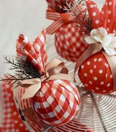 More-diy-xmas-ornaments made from styrafoam balls, fabric, ribbons & little faux flowers & leaves and ohhh. Diy Xmas Ornaments, How To Make Ornaments, Xmas Decorations, Christmas Projects, Holiday Crafts, Fabric Ornaments, Ornaments Image, Holiday Decor, Christmas Ideas