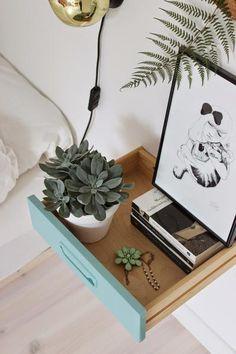 Een lade aan de muur als nachtkastje [mobelpobel blogspot nl].