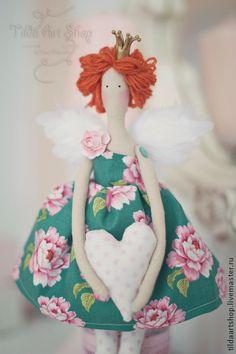 Принцесса Мими. Прекрасная принцесса Мими! В подарок идет подставка из дуба, с помощью неё для куколки не нужно много места. Она впишется в любой интерьер.