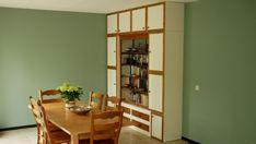 Witte kast met houten randen. In deze kast heb ik een oude boekenkast verwerkt waar de opdrachtgever erg aan gehecht was. Zo zijn de randen om de kastdeuren bijvoorbeeld van de achterkant van de oude kast gemaakt. Was, Divider, Loft, Furniture, Home Decor, Decoration Home, Room Decor, Lofts, Home Furnishings