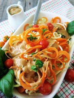 """Spiraalileikkurispagettia """"juustoisen"""" tomattikastikkeen kera (munaton, maidoton, gluteeniton, viljaton, sokeriton, vhh, paleo, vegaaninen, ei pähkinää, mantelia tai kookosta)"""