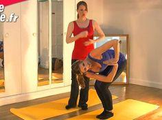 Voici un exercice de Pilates minceur qui fait chauffer les muscles de la taille, des fesses et des cuisses. Idéal donc pour fondre ! Muriel Gaudin avec...