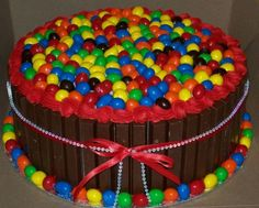 13 kitkat bars and lots of peanut m&m's. Buttercream filling and crumb coat as well as top boarder. Yummy Treats, Delicious Desserts, Sweet Treats, Buttercream Filling, New Cake, Creative Cakes, Cakes And More, Yummy Cakes, Amazing Cakes