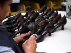 Nach der Begutachtung werden die Tanzschuhe von der produktionsbedingten Verschmutzung gereinigt.