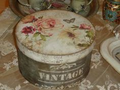Vintage Tins, Vintage Shabby Chic, Shabby Chic Decor, Decoupage Box, Decoupage Vintage, Decor Crafts, Diy And Crafts, Arts And Crafts, Butter Cookies Tin