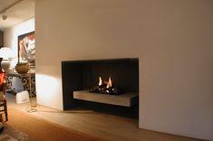 Het loshangende plateau geeft genoeg ruimte om wat extra brandhout onder te leggen. Schmidt, Fireplaces, Design, Home Decor, Google, Homemade Home Decor, Fire Places, Fire Pits