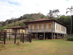 Fazenda colonial no trajeto Paraiso - Bom Jesus do Bagre - Belo Oriente -  Minas Gerais - Pesquisa Google Estilo Colonial, Spanish Colonial, Exterior, Countryside, Brazil, Vibrant Colors, Shed, Farmhouse, Outdoor Structures