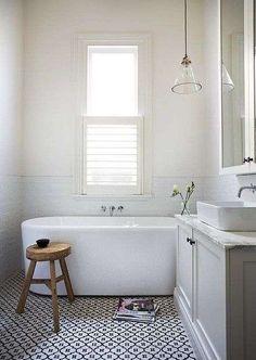 moderne landelijke badkamer. Vloer zou ik alleen zwart of antraciet grote tegels leggen. Zelfde tegels als in de gang/wc als je dat nog gaat doen? Voor het kastje zou je bijvoorbeeld delen van de oude keukenkast kunnen gebruiken als die nog in takt is. Rest is super leuk.