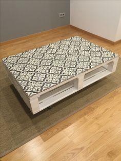 mesa con palets y baldosa hidraulica handmade