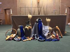 Holy Thursday altar 2018 Church Altar Decorations, Church Christmas Decorations, Harvest Decorations, Altar Design, Church Design, Holy Thursday Catholic, Maundy Thursday Worship, Altar Flowers, Christian Holidays